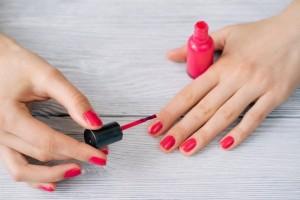Κορίτσια δώστε βάση: Ένα έξυπνο τρικ για να στεγνώσετε αμέσως τα νύχια σας!