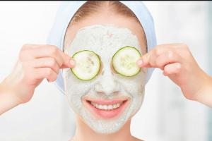 Θες λαμπερή επιδερμίδα το καλοκαίρι; Φτιάξε αυτή τη μάσκα προσώπου με ζάχαρη και αγγούρι