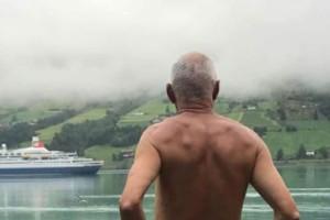 Απίστευτο! Πολικός ποζάρει γυμνός γιατί... του χαλάνε την ησυχία τα κρουαζιερόπλοια! (photo)