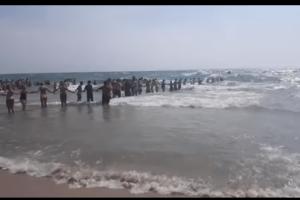 Κίνηση ανθρωπιάς! Σχημάτισαν τεράστια ανθρώπινη αλυσίδα για να σώσουν κολυμβητές (video)