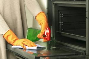 Καθαριότητα στο σπίτι: Έτσι θα λάμψει το διπλό τζάμι του φούρνου σας!