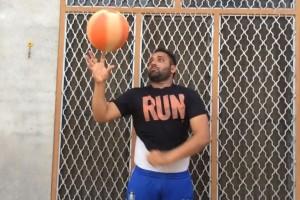 Ένα βίντεο που έγινε viral! - Γυρίζει την μπάλα πάνω στο δάχτυλό του ενώ ντύνεται!