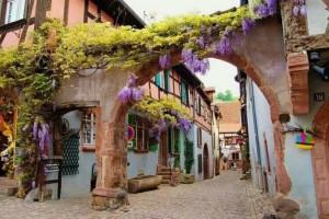 Ρικβίρ: Το χωριό με τα χρωματιστά σπίτια και τα πολύχρωμα λουλούδια στα μπαλκόνια