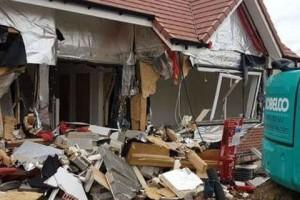 Χρωστούσαν λεφτά στον οικοδόμο κι εκείνος τους γκρέμισε το σπίτι! (photos+video)