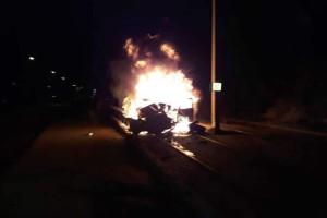 Συγκλονιστικό! Βίντεο ντοκουμέντο από τροχαίο στη Βούλα - Αυτοκίνητο «καρφώθηκε» σε κολώνα και πήρε φωτιά