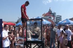 Απίστευτος: Μαθητής έλυσε 6 κύβους του Ρούμπικ κάτω από το νερό! (Video)
