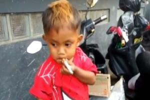 Πιτσιρικάς μόλις 2,5 ετών και καπνίζει 40 τσιγάρα την ημέρα! (video)