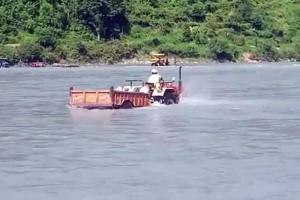 Αδιανόητο περιστατικό! Ήθελε να κόψει δρόμο και διέσχισε το ποτάμι με τρακτέρ (video)