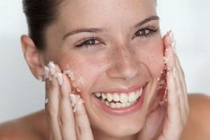 Θες λαμπερή επιδερμίδα; Αυτό είναι το peeling και η μάσκα ομορφιάς που θα κάνουν το πρόσωπό σου να λάμψει!