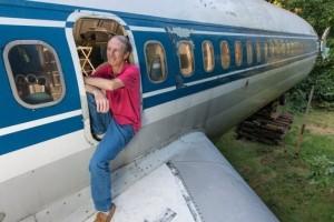 Μηχανικός μετέτρεψε ένα αεροπλάνο σε σπίτι και ζει σε αυτό! (photos+video)