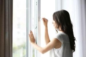 Καθαριότητα στο σπίτι: 9 σημαντικά πράγματα που πρέπει να ξέρετε για να καθαρίσετε τους καθρέφτες και τα τζάμια