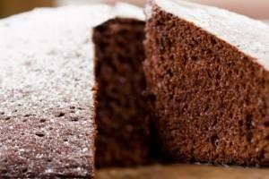 Αφράτο κέικ με άχνη και κακάο