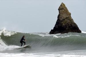 Η φωτογραφία της ημέρας: Ένας σέρφερ απολαμβάνει τα κύματα στην Ουαλία!