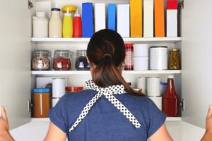 Καθαριότητα στο σπίτι: Αυτή η 2Ολεπτη διαδικασία θα απαλλάξει το ντουλάπι με τα τρόφιμα από τα ζωύφια!