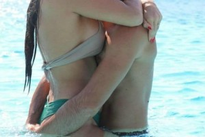 Power of Love: Ασυγκράτητο ζευγάρι κάνει αγκαλιές στην πισίνα!
