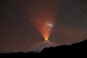 Η φωτογραφία της ημέρας: Το ηφαίστειο Βιγιαρρίκα διακρίνεται τη νύχτα στη Χιλή!
