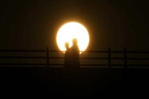 Η φωτογραφία της ημέρας: Ο ήλιος ανατέλλει πίσω από τη γέφυρα Waterloo στο Λονδίνο!