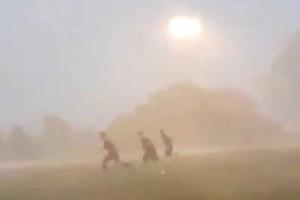 Απίστευτο βίντεο: Συνέχιζαν να παίζουν μπάλα ενώ οι συνθήκες θύμιζαν… τυφώνα!
