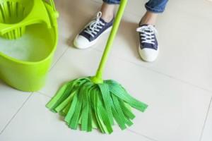 Καθαριότητα στο σπίτι: Tips για να καθαρίσετε τα πατώματα από πλακάκι, ξύλο και βινύλιο