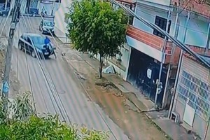 """Αδιανόητο: Ποδηλάτης γλίτωσε από θαύμα όταν 13χρονος οδηγός τον """"κάρφωσε"""" σε γκαραζόπορτα! (video)"""