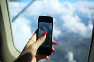 Υπάρχει τελικά λόγος που κλείνουμε τα κινητά μας στο αεροπλάνο;