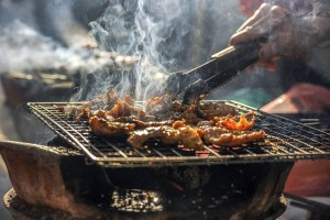 Οι επιστήμονες κρούουν τον κώδωνα του κινδύνου για το μαγείρεμα με κάρβουνα!