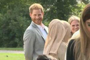 Έπος: Η στιγμή που ο πρίγκιπας Χάρι κλέβει φαγητό από μπουφέ! Πως τον κατάλαβαν; (video)