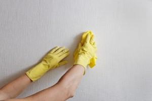 Πώς θα καθαρίσεις εύκολα και γρήγορα τον τοίχο σου χωρίς να αφήσεις στάμπες;