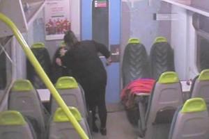 Φρίκη! Μαχαίρωσε την φίλη της μέσα στο τρένο