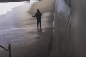 Απίστευτο βίντεο: 20χρονος έκανε... μαγκιές με την θάλασσα και την πλήρωσε ακριβά!