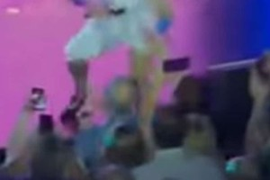 Απίστευτη τούμπα! Τραγουδίστρια έπεσε στο κενό την ώρα που τραγουδούσε (video)