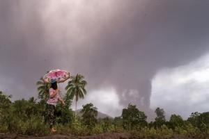 Η φωτογραφία της ημέρας: Στιγμιότυπο από την ηφαιστειακή τέφρα που δημιούργησε η έκρηξη του ηφαιστείου στην Ινδονησία