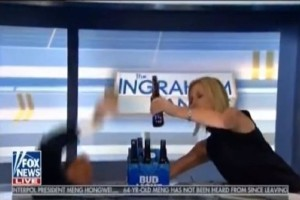 Έπος: Παρουσιαστής έπεσε από την καρέκλα του προσπαθώντας να βγάλει selfie! (video)