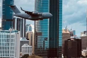 Απίστευτο βίντεο: Αεροσκάφος περνάει ξυστά από κτίρια και προκαλεί τρόμο!