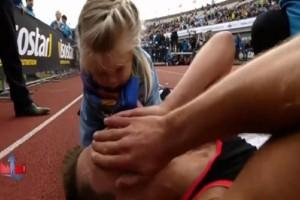 Συγκινητικό: Η αντίδραση κόρης μαραθωνοδρόμου όταν είδε τον πατέρα της στο έδαφος! (video)