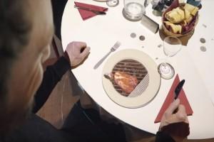 Ο πιο μικρός σεφ του κόσμου έχει ύψος μόλις 58 χιλιοστά και αναλαμβάνει να «μαγειρέψει» πάνω στα τραπέζια! (Video)