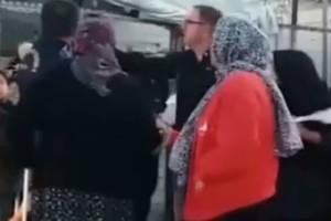 Σοκ: Αστυνομικός στη Μόρια βρίζει χυδαία ηλικιωμένη πρόσφυγα και της πετάει το μπαστούνι (video)