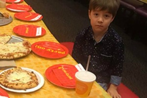 6χρονος κάλεσε 32 συμμαθητές του στα γενέθλια του αλλά δεν... πήγε κανείς! Η απίστευτη συμπαράσταση στα social media