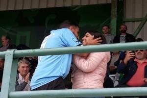 Κρήτη: Μια άκρως ρομαντική και… ποδοσφαιρική πρόταση γάμου με την βοήθεια των συμπαικτών του! (Video)