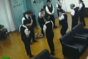 Βίντεο σοκ: Πύθωνας έπεσε από το ταβάνι σε τράπεζα!