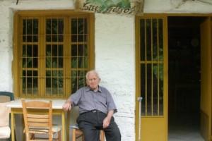 Αιωνόβιος παντοπώλης: Ο κυρ Στέφανος σερβίρει καφέ στα 95 του!