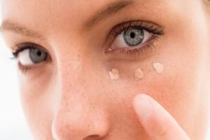 Κορίτσια δώστε βάση: Πώς θα κάνετε το concealer σας να κρατήσει περισσότερο!