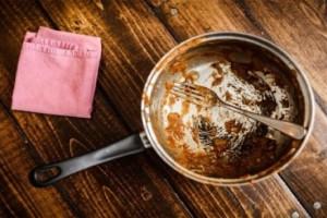 Ένα εύκολο κόλπο για να κάνεις το τηγάνι σου να λάμπει σαν καινούριο!