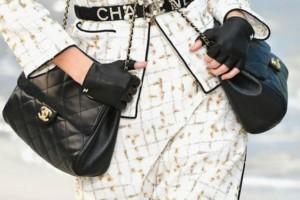 Η διπλή τσάντα που πρότεινε ο οίκος Chanel έχει ήδη γίνει viral!
