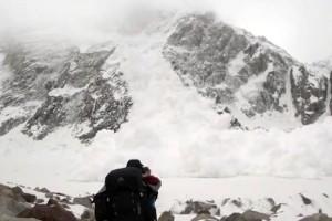 Βίντεο σοκ: Χιονοστιβάδα «καταπλακώνει» μια παρέα κινηματογραφιστών!