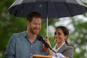 Λιώσαμε: Η Μέγκαν κράτησε την ομπρέλα για να μην βρέχεται ο Χάρι!
