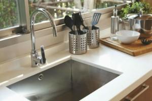 Καθαριότητα στο σπίτι: Το πιο έξυπνο tip για να μοσχομυρίσει ο νεροχύτης!