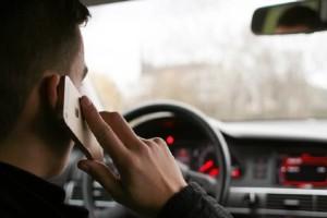 Με το κινητό στο χέρι οδηγούν οι Έλληνες: 431 κλήσεις σε 3 μέρες!