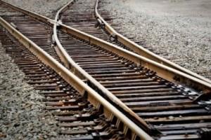 Πάτρα: Αυτοκίνητο έπεσε στις ράγες του τρένου!