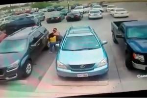 Άγριο ξύλο: Την έδειρε για μια θέση πάρκινγκ! (video)